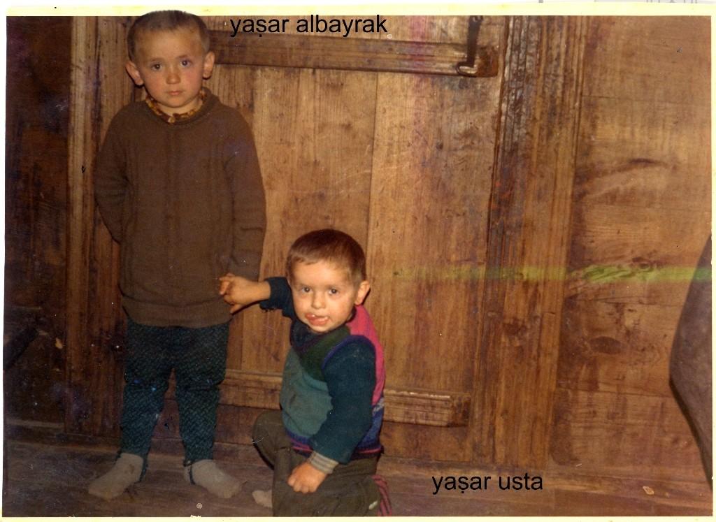 1978'li yıllar. Ayakta olan Yaşar Albayrak, yerde oturan Yaşar Usta