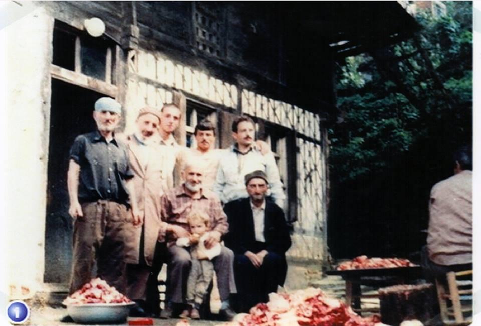 Bir kurban bayramı hatırası, Rahmetli Hasan Kuzu'nun eski evinin önü Sol ayaktakiler; Mustafa Kuzu (rahmetli), Hacı Ali Keleş (Rahmetli), Mustafa Yavuz, Ümit Usta ve Hüseyin Keleş. Oturanlar; İbrahim Keleş, Mustafa Albayrak (rahmetli)