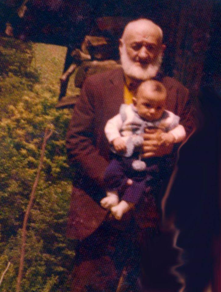 Rahmetli Yusuf Ballı (1988'de vefat etti), kucağında torunu fatih Ballı. 1976 yılında çekilmiş bir fotoğraf.