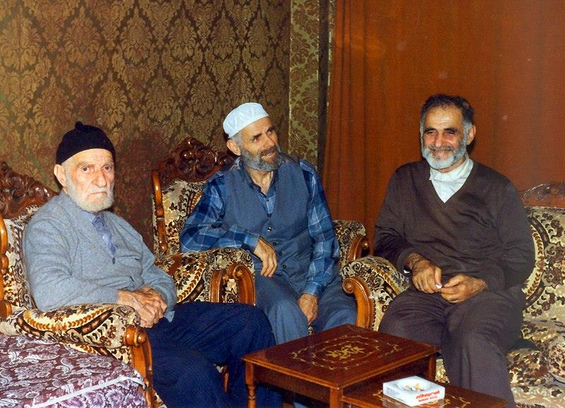 1983 yılında İstanbul-Samatya'da Rahmetli Ahmet Albayrak'ın evinde çekilen bir fotoğraf. Soldan sağa; Rahmetli Kazım Albayrak, Rahmetli Hüseyin Albayrak ve Rahmetli Ahmet Albayrak. Mekanları cennet olsun inşallah.