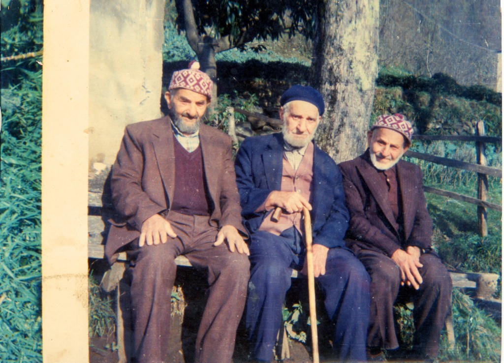 1983'lü yıllar Soldan sağa; Yunus Albayrak, Kazım Albayrak ve Muhammed Albayrak. Hepsine Allah rahmet eylesin. Fotoğraf: Haydar Bayrak