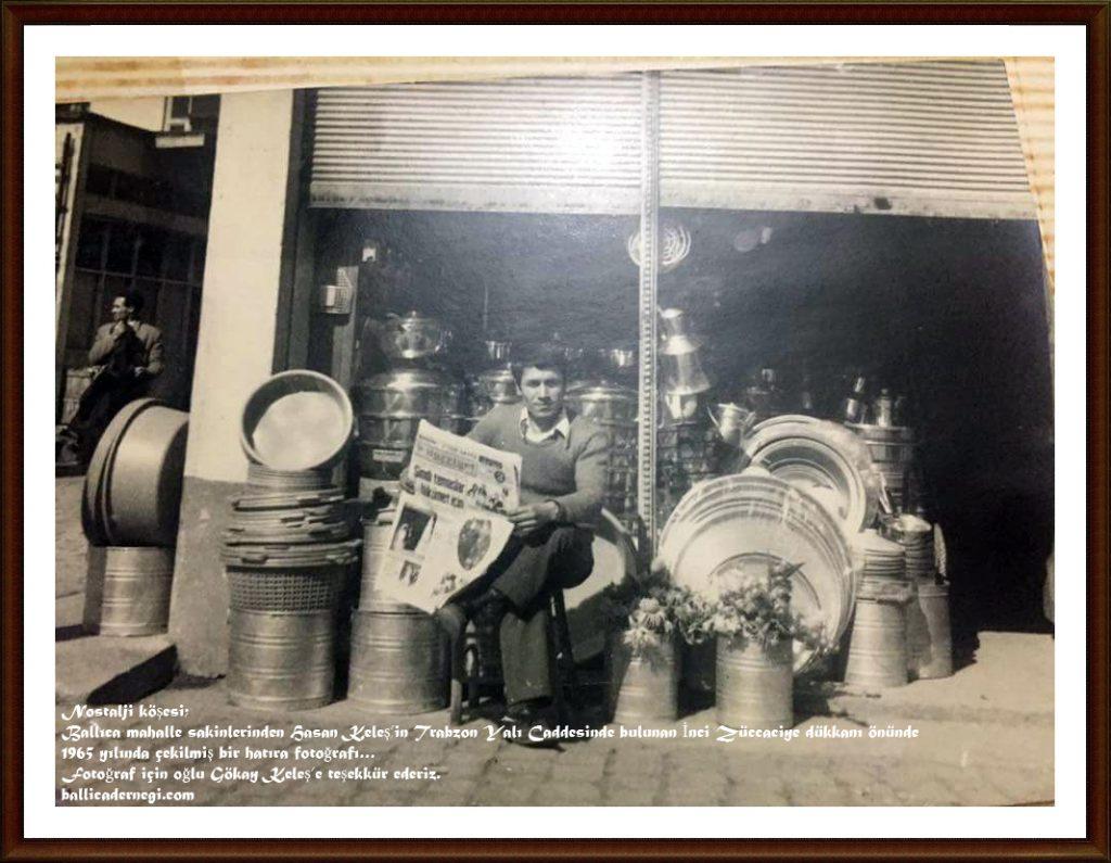 Nostalji köşesi; Ballıca mahalle sakinlerinden Hasan Keleş'in Trabzon Yalı Caddesinde bulunan İnci Züccaciye dükkanı önünde 1965 yılında çekilmiş bir hatıra fotoğrafı… Fotoğraf için oğlu Gökay Keleş'e teşekkür ederiz. ballicadernegi.com