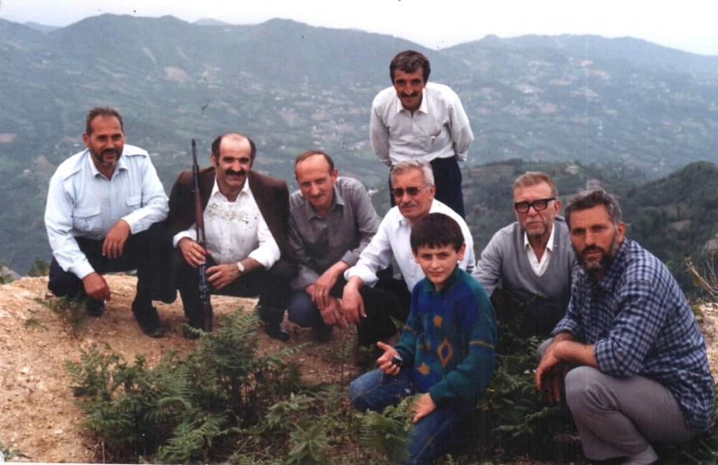 1983'lü yıllar, Cos dağı; Yunus Albayrak, Yaşar Albayrak, Ahmet Yavuz(Rahmetli), arkada ayakta olan Dursun Albayrak (Rahmetli), Hasan Albayrak (Rahmetli), Ahmet Albayrak (Rahmetli), Eyüp Albayrak, öndeki çocuk Ömer Albayrak