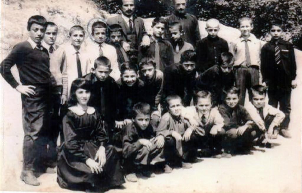 Efsane öğretmen Mahir Seyhan'ın 5.Sınıf öğrencileri. Ballıca İlköğretim Okulu bahçesinde çekilmiş çok eski bir fotoğraf. Muzaffer Yaşar'ın arşivinden